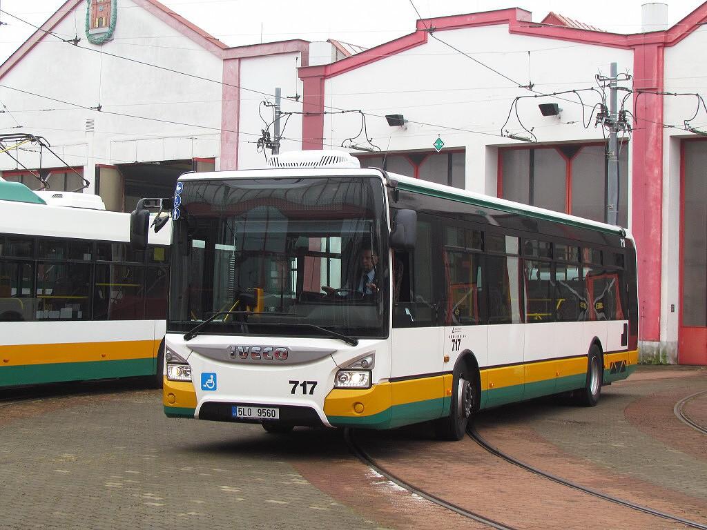 Nejnovější liberecký autobus Iveco Urbanway 12M ev.č. 717 v areálu tramvajové vozovny. 17.9.2016, Zdeněk Kresa.