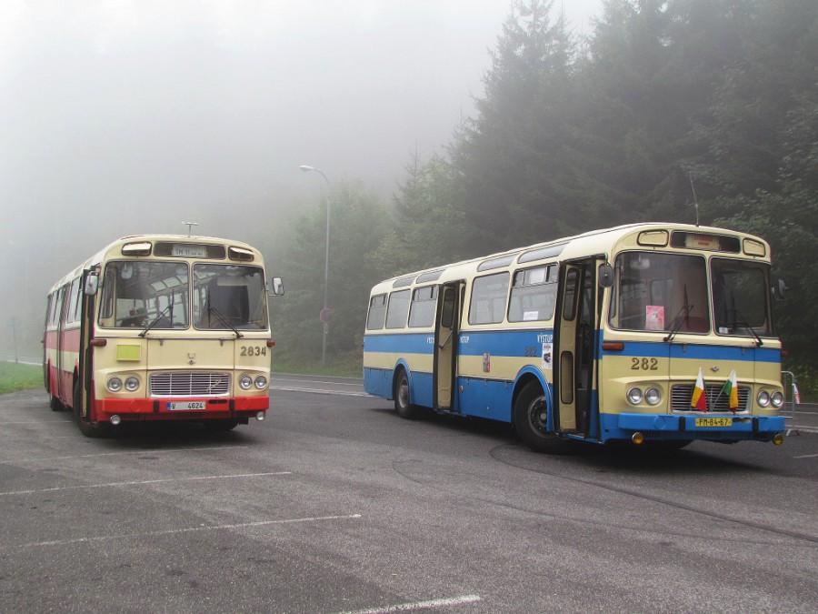 Karosa ŠL 11 spolu s brněnskou ŠM 11 pózují na parkovišti u dolní stanice lanové dráhy v Liberci. 17.9.2016, Zdeněk Kresa.