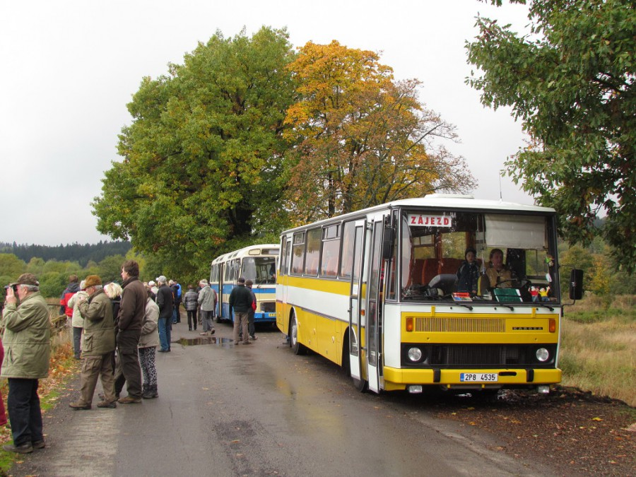 Autobusy na výletě pro obec Strašice při zastávce na hrázi Dolejšího Padrťského rybníku.17.10.2015, Zdeněk Kresa.