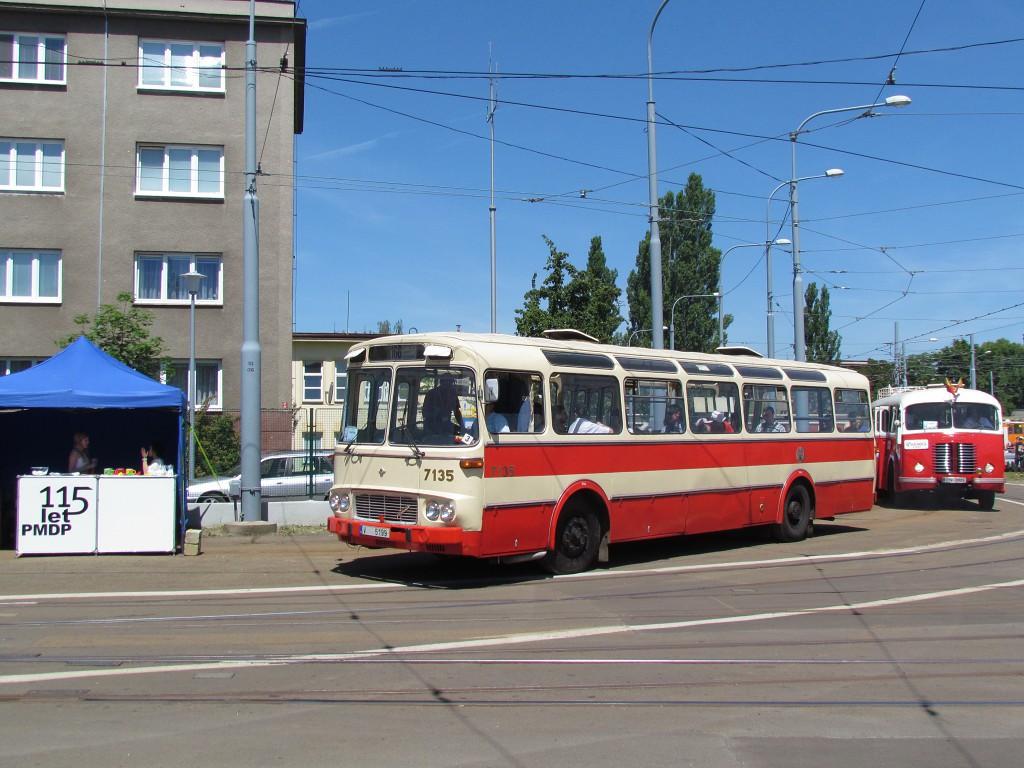 Z pražského muzea MHD byly zapůjčeny autobusy Karosa ŠM 11 a Škoda 706 RO. 7.6.2014, Zdeněk Kresa.