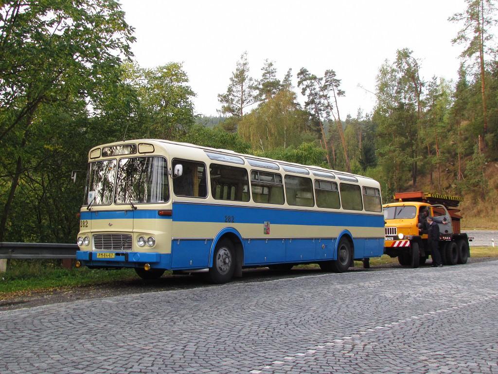 Karosa ŠL 11 a věžka Praga směřující do Mariánských Lázní na oslavy 110 let MHD se krátce zastavily v černošických serpentinách. 29.9.2012, Zdeněk Kresa.