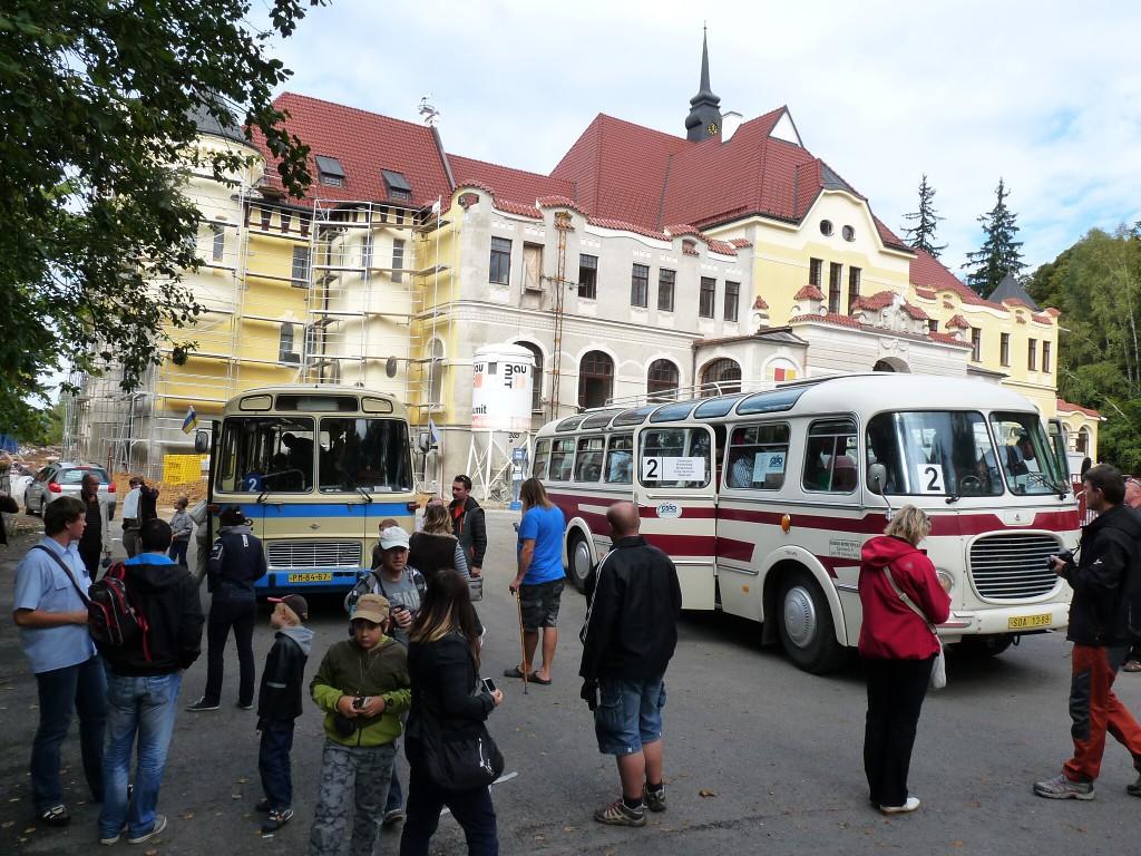 Karosa ŠL 11 a karlovarský 706 RTO-LUX se setkaly na konečné u vstupu do parku Boheminium. 29.9.2012, Michal Kouba.