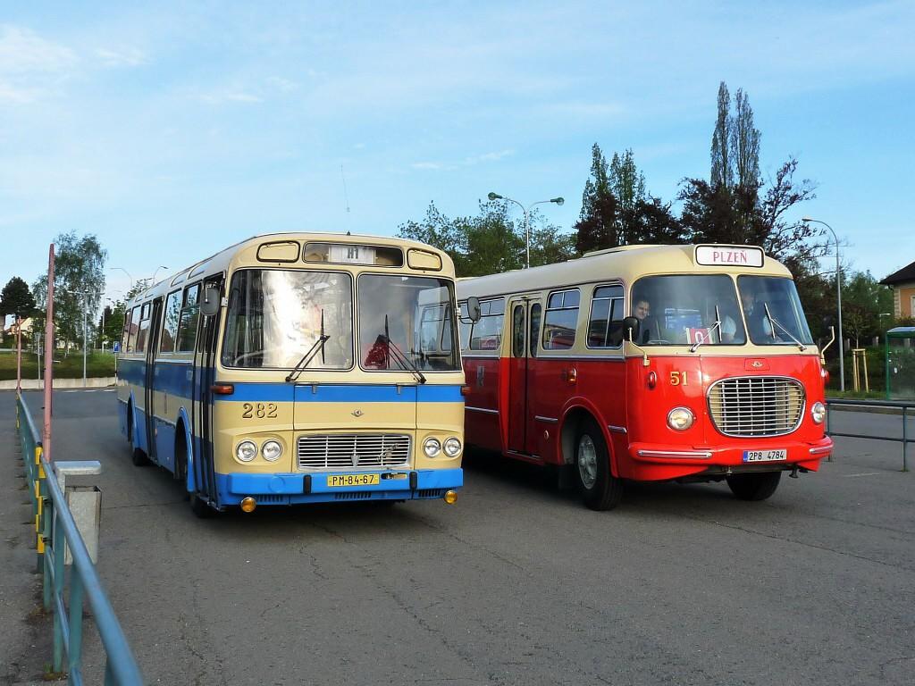 O víkendu 14. a 15. května 2016 se v Mariánských Lázních konalo zahájení lázeňské sezony. Jedním z mnoha doprovodných programů byly jízdy historických vozidel zapůjčených od PMDP (autobus 706 RTO-MTZ a trolejbus 9 Tr), AKV (autobus 706 RTO-LUX) a ŠBK (autobus ŠL 11). Na snímku jsou cestou z Plzně do Mariánských Lázní zachycena vozidla ŠL 11 a 706 RTO-MTZ. 14.5.2016, Michal Kouba.
