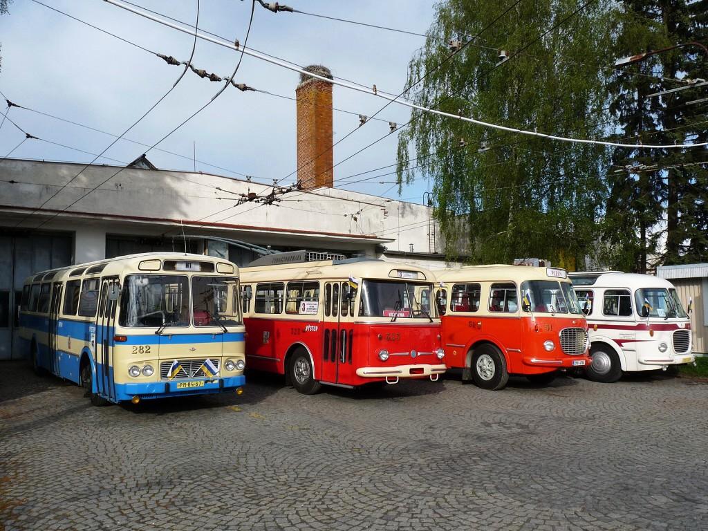 V závěru dne pózují ve vozovně MDML (Městká doprava Mariánské Lázně) zapůjčená historická vozidla - Karosa ŠL 11 (Škoda-bus klub), Škoda 9 Tr a Škoda 706 RTO-MTZ (PMDP) a Škoda 706 RTO-LUX (Autobusy Karlovy Vary). 15.5.2016, Michal Kouba.