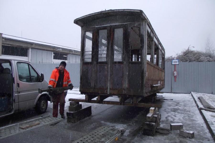 Vůz je dočasně umístěn na betonovou plochu před finálním umístěním k ohništi (k přesunutí bude potřeba opět asistence jeřábu). 6.3.2018, Michal Pokorný.