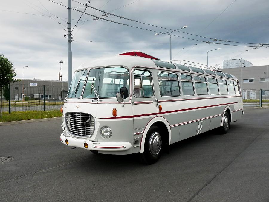 Autobus Škoda 706 RTO-LUX při své premiéře po náročné renovaci pózuje v areálu depa Karlov. 15.6.2019, Michal Kouba.