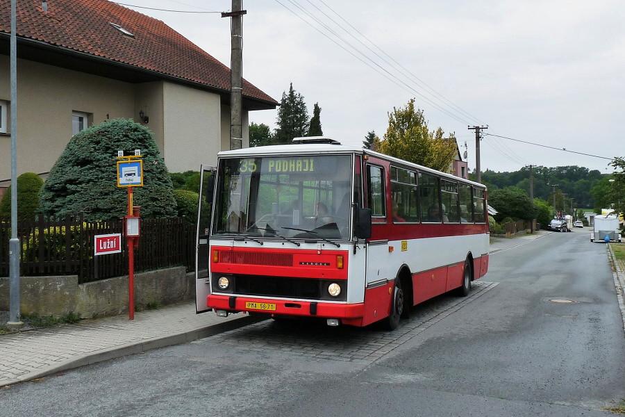 Karosa B 732 ev.č. 423 při jízdě prvního spoje pro Skvosty s vůní benzínu zapózovala na konečné zastávce Podháji. 19.7.2019, Michal Kouba.