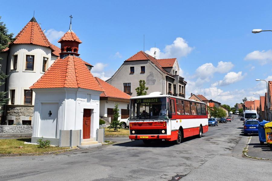 Druhá okružní trasa autobusu vedla do malebné městské části Hradiště, zde byla Karosa B 732 zvěčněna na místní návsi. 21.7.2019, Karel Šimána.