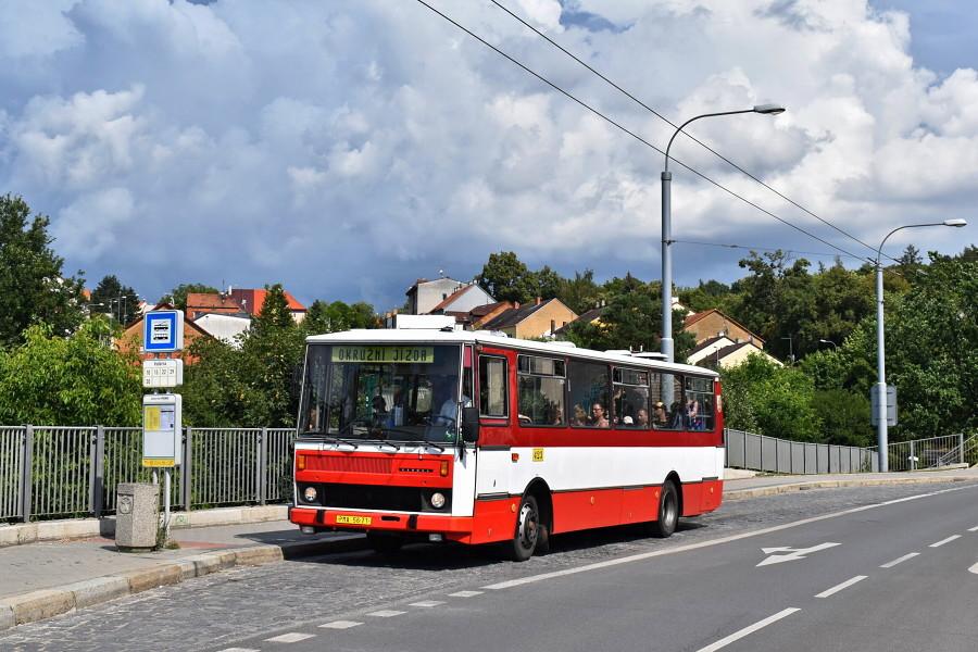 Karosa B 732 při okružní jízdě s návštěvníky akce Skvosty s vůní benzínu pózuje v zastávce Vodárna. 21.7.2019, Karel Šimána.