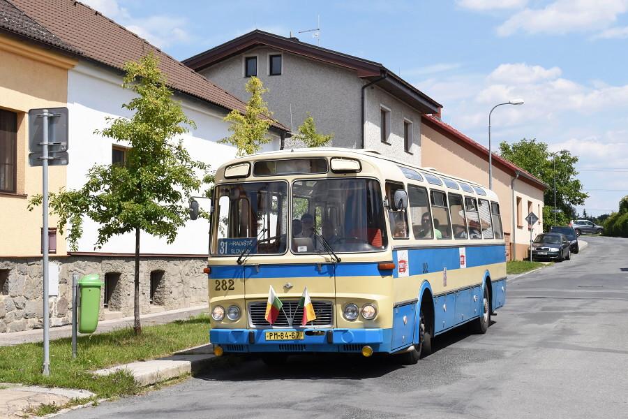 Při jízdách v rámci výstavy Skvosty s vůní benzínu zavítal autobus Karosa ŠL 11 také do Hradiště. Na snímku při odbavování v zastávce K Řečišti. 20.7.2018, Zdeněk Kresa