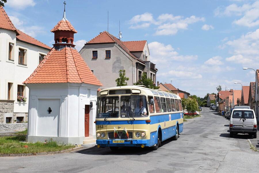 Na malebné návsi v městské části Hradiště zapózoval autobus Karosa ŠL 11. 20.7.2018, Zdeněk Kresa