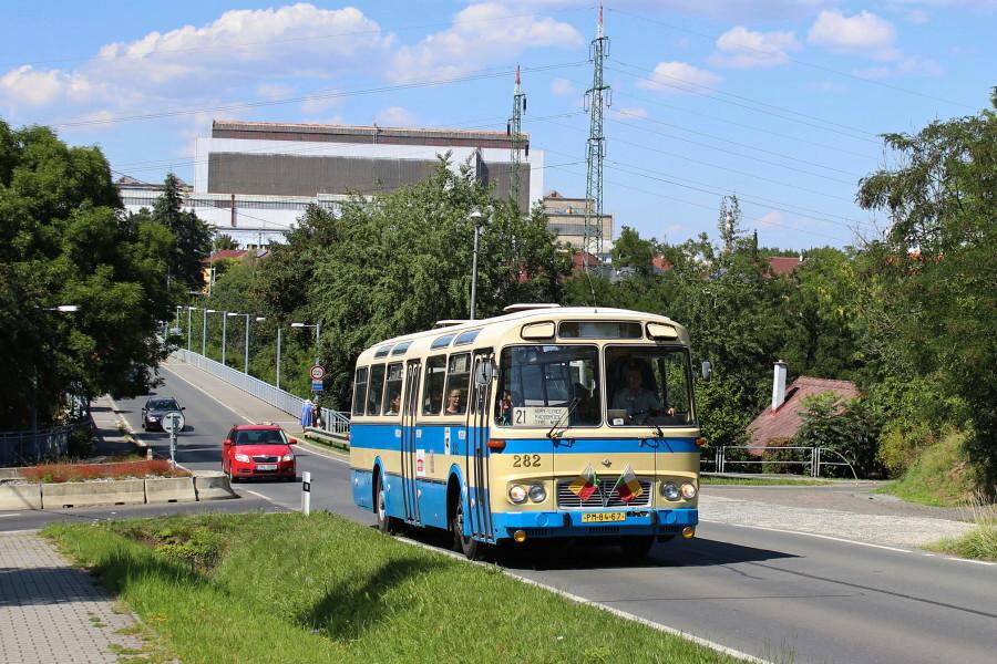 Karosa ŠL 11 při jízdě s návštěvníky akce Skvosty s vůní benzínu v dřívější trase linky 21 překonala Tyršův most a směřuje k městské části Radobyčice. 19.7.2018, Karel Šimána